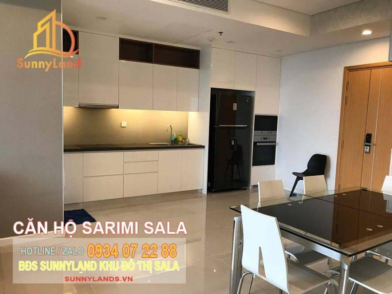 Nhà bếp căn hộ Sarimi và khu vực bàn ăn.